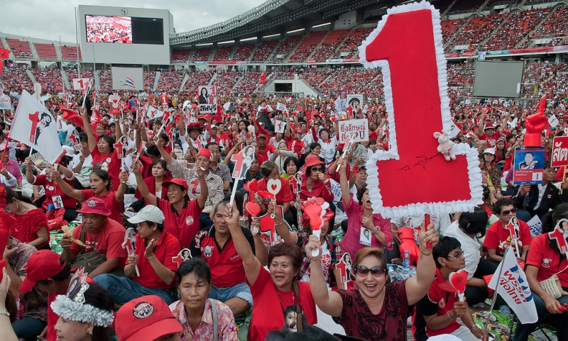Rajamangala Stadium in support of Yingluck back in 2011. This is the same site of the  recent red shirt rallies in support of the amendment bill. Source: Ratchaprasong 2's flickr photostream, used under a creative commons license.